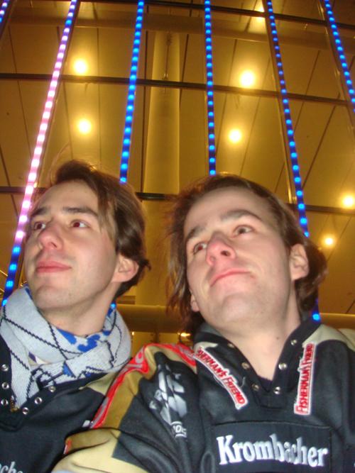 Stefan und Fabian auf dem Balkon der O2 World in Berlin